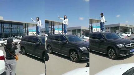黑龙江奔驰女车主车顶维权:就想讨个公道