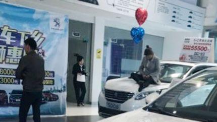 广西柳州女车主坐引擎盖维权:发动机频发故障